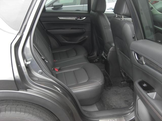 リヤシートの左右の席に温度を3段階に調整できるシートヒーターを採用しております!後席の方も快適にお過ごしいただけるよう配慮しております!