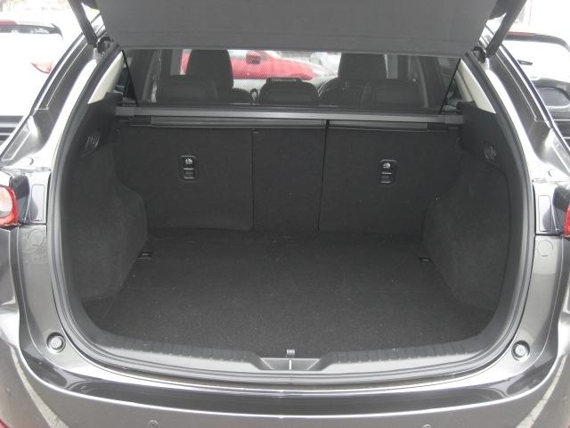 横幅と奥行きを確保したトランクスペース。後席シートには4:2:4分割の可倒式を採用。操作はもちろんワンタッチ。荷物の用途に合わせたシートアレンジが可能です!!