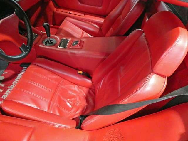 運転席側のシート、多少の革のスレはありますが全体的に綺麗な状態です