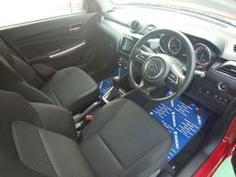 運転席は広くとっており、スイッチ類はわかりやすい配置になっております。