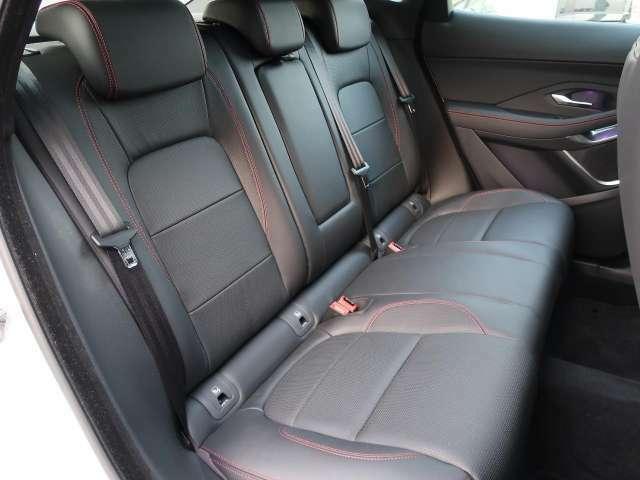 後部座席は見た目以上に広々としております。E-PACEは座面が広くしっかりと作られておりますので長距離ドライブでもご安心ください。