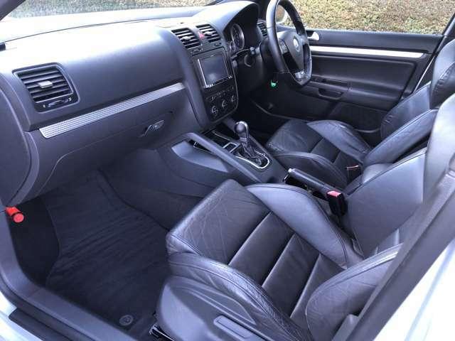 助手席もすごくきれいです♪彼女やお友達を乗せる時にキレイなシートで好感度アップ♪ATはマニュアルモード付です。坂道などエンジンブレーキを多用する場合や意のままにギアチェンジしたい場合でも応えてくれます