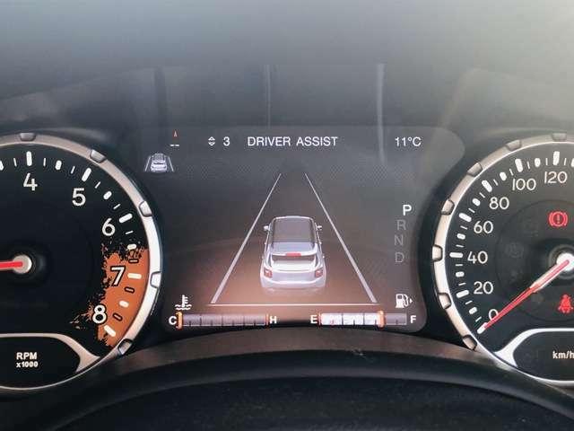 白線逸脱警告が装備されており、白線から車両がはみ出るとハンドルが自動修正してくれます。