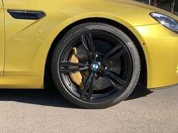 ・20インチ Mライト・アロイ・ホイール・ダブルスポーク・スタイリング343M(専用ブラック塗装仕上げ):フロント9.5J×20ホイール+265/35 ZR20タイヤ、リア10.5J×20ホイール+295/30 ZR20タイヤ