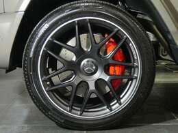 マットブラックペイント鍛造22インチマットブラックAMGクロススポークアルミホイールです。AMG強化ブレーキのキャリパーはレッドカラー。センターロックホイールがモチーフのセンターキャップを装着しています。