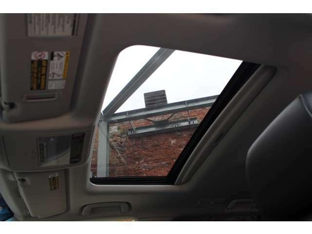 チルトアップ&スライド機能付き電動サンルーフが装備されております。