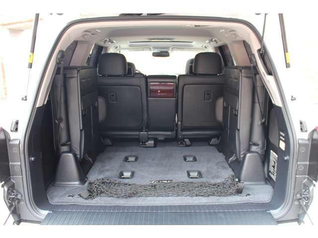 サードシートはパワーサードシートになっており、トランクにあるボタンにてサードシートの跳ね上げを行って頂けます。