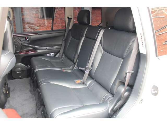 セカンドシートは電動にて前後することもでき、足元の広さを変えて頂くことができます。