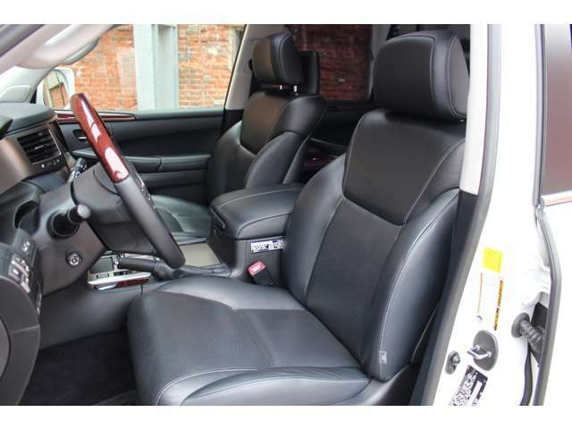 運転席・助手席はパワーシートになっており、ラグジュアリーパッケージが装備されておりますのでシートヒーター&ベンチレーションも装備されております。