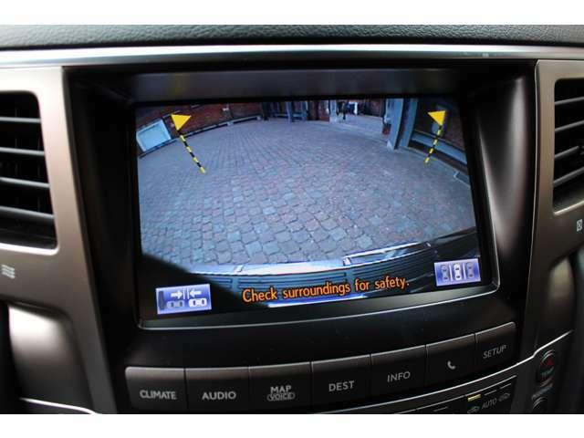 大きい車体の車には便利な純正バックカメラも装備されております。