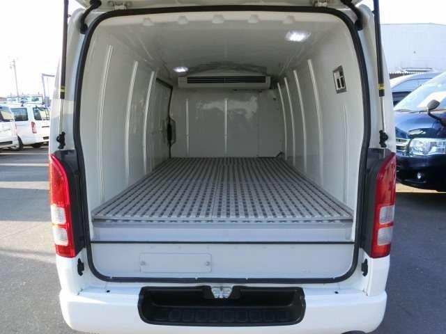 2016年1月登録/型式:CBF-TRH200V/8ナンバー(冷蔵冷凍車)/1年車検/2000cc/ガソリン車/2WD/4ドア/3人乗り/★荷室に、樹脂製スノコ+LED灯が装備されています。