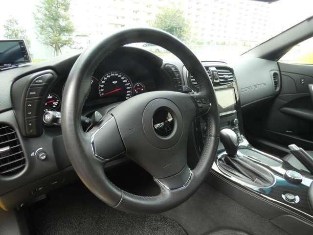 レザーラップのマルチファンクションステアリングにはクルーズコントロールやオーディオコントロール、ドライバーズインフォメーションなどの操作ボタンが搭載されています。
