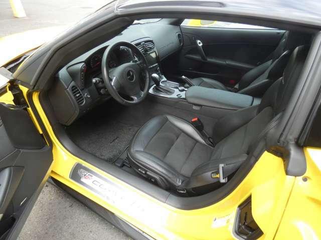 運転席にはメモリー機能付きパワーシートに加えランバーサポート機能も採用されています!
