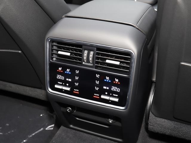 4ゾーンオートマチッククライメートエアコン装備 後部座席も快適です