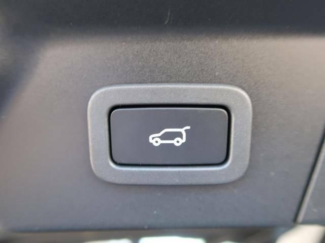 【パワーテールゲート】ボタン操作一つでリアゲートの自動開閉をおこないます。女性にも喜ばれるポイントの高い装備ではないでしょうか。