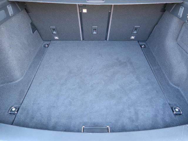 【大容量のラゲッジルーム】はシートアレンジにより、さらに大きな荷室へと変化いたします。便利さと容量を兼ね備えたラゲッジルームが、ご旅行や買い物などサポートさせていただきます。