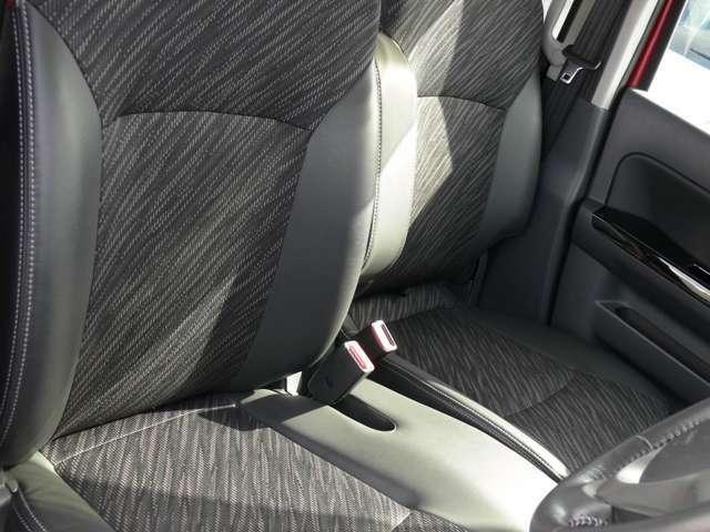 【運転席&助手席】【ベンチシート】ラブラブ!(笑)で、運転席・助手席の行き来もしやすく、駐車時に便利☆また開放感もいいですね!一度体感されるとクセになりますよ(^^)