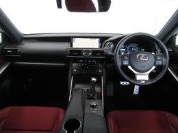 アナログ時計が貴賓を感じさせ、落ち着きのある空間は走行性能だけでなくドライバーの心を刺激し、ゲストも気持ち良く過ごせる空間です。