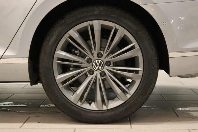 「認定中古車保証」1年間*距離無制限の保証とロードアシスタンスサービスが全車に付帯されています。また、1年間の延長保証(有償)もご利用いただけます。 *:Das WeltAuto.BASICは6ヶ月