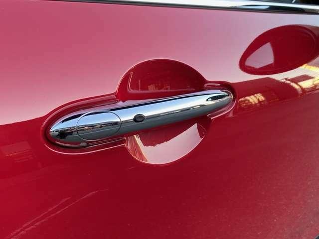 【コンフォートアクセス】  バックやポケットの中の鍵を感知し、ドアハンドルのボタンでドアロック解除できます。