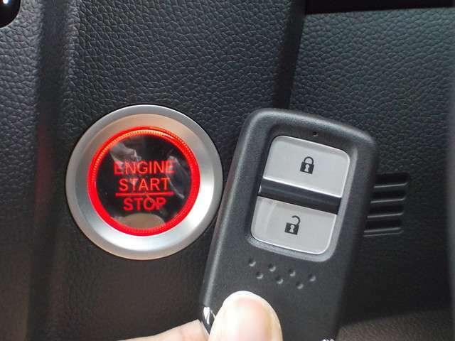 スマートキーです。カバンやポケットに携帯するだけで、ドアやテールゲートを施錠、解除できます。雨の日や荷物の多い日に便利です。エンジンの始動も、ノブ操作だけで行えます☆