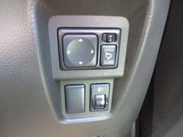 駐車時には大変便利な電動格納式ドアミラーが備わります。