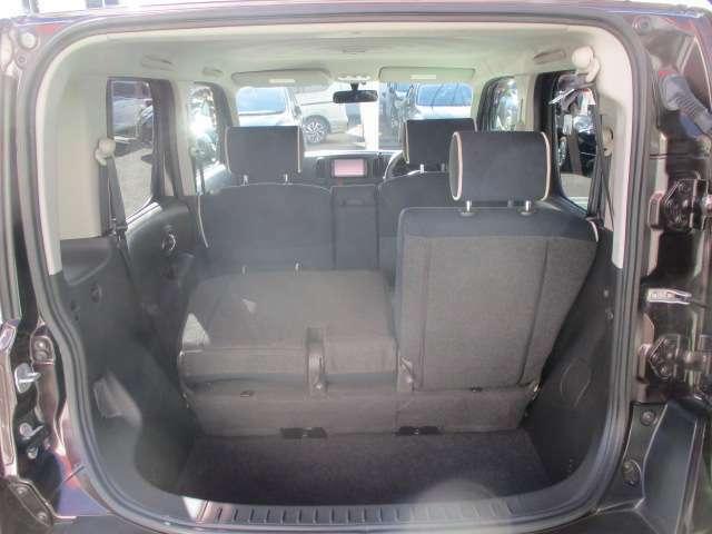 後席シートは左右別々でたためますので、使用状況に応じてアレンジ可能です。