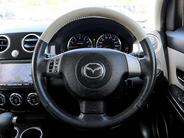 【革巻きステアリング】こちらのお車には、レザーハンドルが装備されており、高級車やハイグレード車両の象徴となり、高級感溢れる車両となっております。