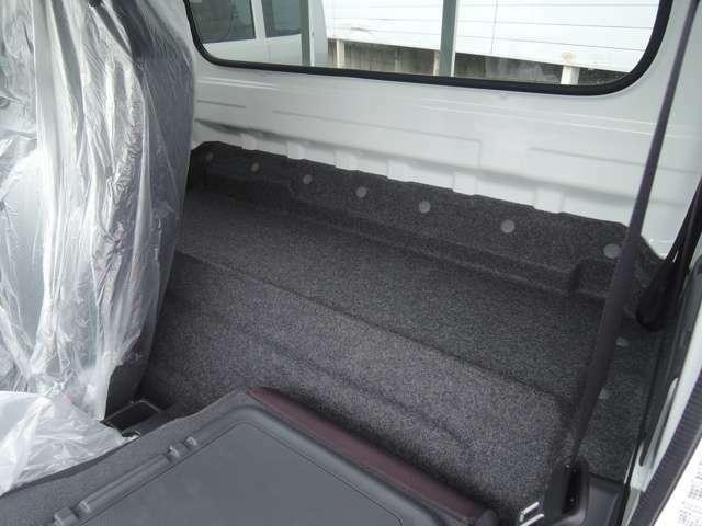 シ-トバックにも荷物スペ-スがありますので、用途に合わせて使い分けることができます。