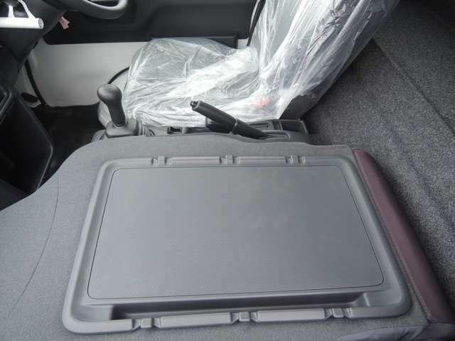 助手席背面はシ-トバックテ-ブルとしてさまざまな用途で利用可能です。