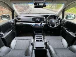 黒ハーフレザーシートの車内は、高級感があります☆ドライブ装備も充実!SDナビに地デジTVやBT音楽・USB・バック/サイドカメラ・ETC・ドラレコなど文句なしの装備品の数々♪車検もロング付ですぐ乗れる