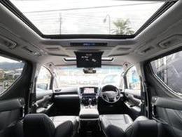 サンルーフに黒革が装着された車内は高級感ある文句無の一台!ナビやTV・フリップダウンモニター・アラウンドビュー・安全装備など至れる尽くせりの車内空間!席エグゼクティブシートは一度座ったら離れられません