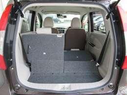 3名乗車でも リヤシート片側を倒してラゲッジの収納量を増やす さらやフルフラット機能などにより、フレキシブルに使用できます。