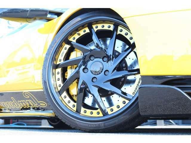 ホイールは、SKY FORGED S217を装着! カスタムペイントも施しております! タイヤは、ピレリを装着! タイヤサイズは、Fr235/35ZR19 Rr345/25ZR20 となっております!