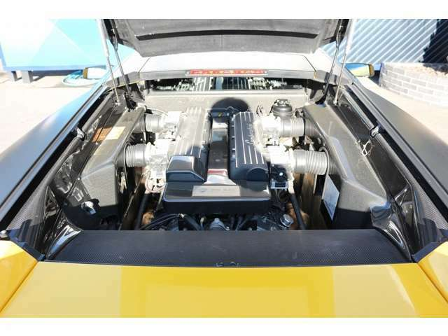 エンジンルームには、カーボンファイバーエンジンベイカバーが装備されています! 6.2L V12気筒の迫力の走りをお楽しみ下さい! お問い合わせお待ちしております! TEL:0562-95-0678