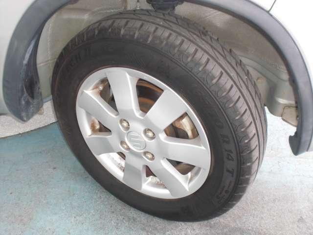 足元を引き締める14インチタイヤと純正アルミホイール装備。