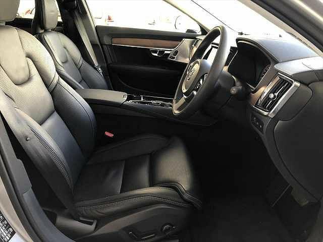 運転席/助手席ともに電動シートとなっており、3種類の自分に合った座席を登録することが出来ます!