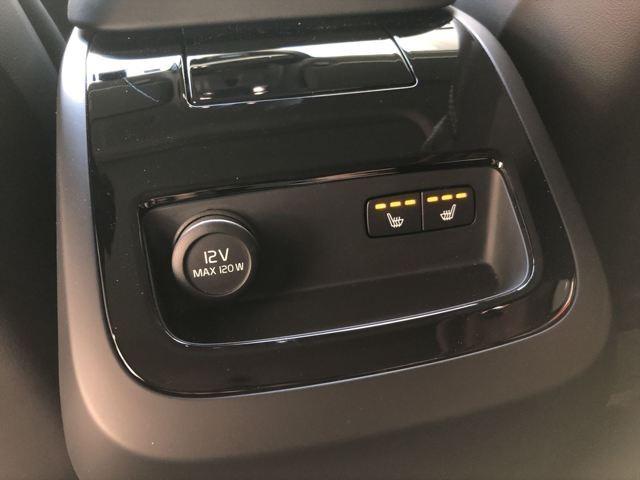 Aプラン画像:後部座席専用のエアコンももちろん左右で温度調整できます。シートヒーターも装備されています