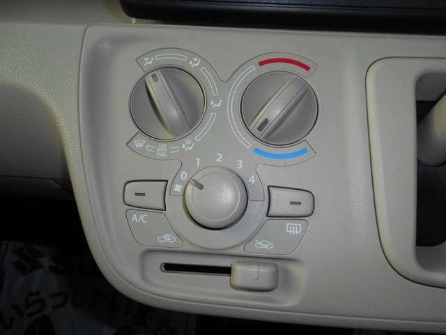 マニュアルエアコンです。操作はとても簡単です。