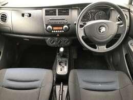 操作性のよい、シンプルな運転席周り。