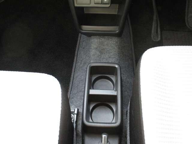 車内中央にはドリンクホルダーを用意しております!!