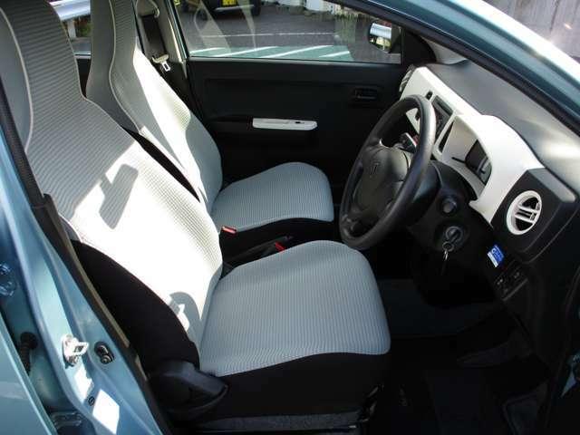 運転席・助手席はシートが分かれております!間にはドリンクホルダーや収納スペースが設けられています!!