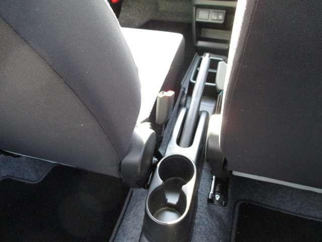 サイドブレーキは手で引っ張るタイプです!!後席の方もドリンクホルダーがあるので飲み物の置き場にも困りません!!