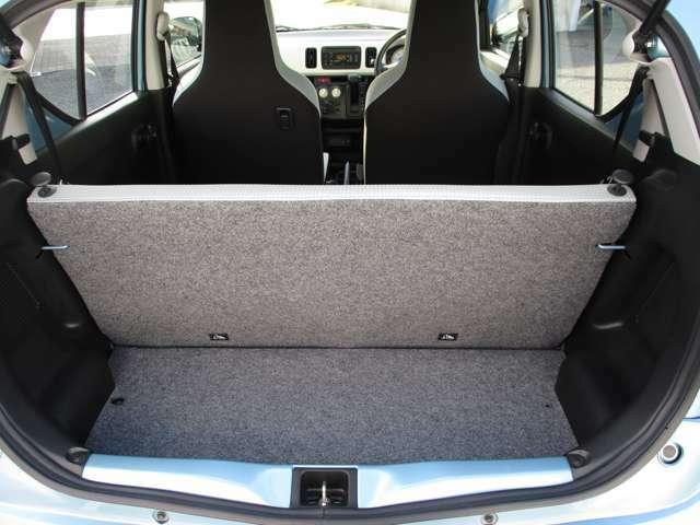 後席を倒さなくても十分な荷室スペースがございます!