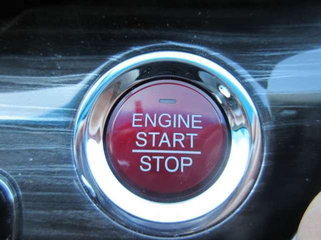エンジンスタートボタンです。キーが車内にあれば、エンジンの始動・停止はブレーキを踏んでスイッチを押すだけ!キーを取り出す手間を省き、ワンプッシュでエンジンを操作するので簡単でスムーズです。