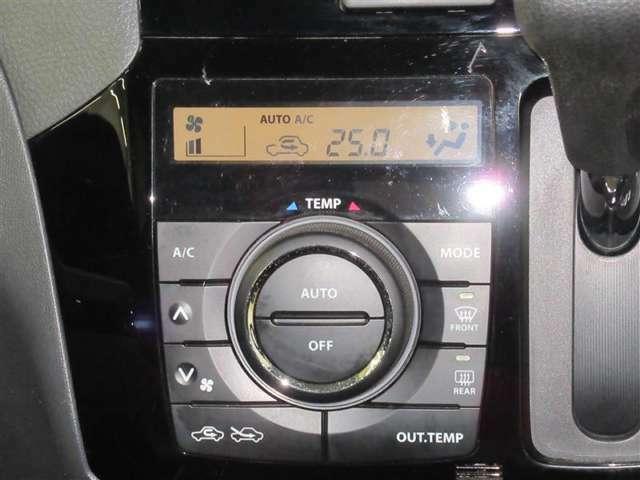 エアコンはオートエアコンになっています。快適な温度に設定してドライブが楽しめますね。