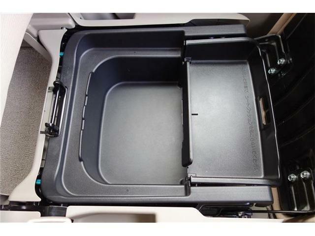 助手席の下には便利な収納があります! 洗車道具や靴などを入れるのに便利です♪
