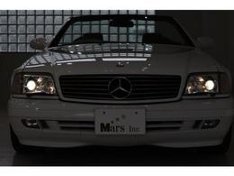 今なお高い人気を誇るR129のSLクラス!!後期型98年式ミレニアム世代のお車で御座います!デザイナー「ブルーノ・サッコ」が手掛けたスタイリング!当時、先進的な技術を盛り込み、安全装備では