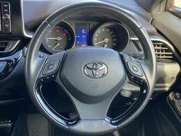 革巻き3本スポークステアリングは手馴染みがよいだけでなく運転に高級感をプラスしてくれます!