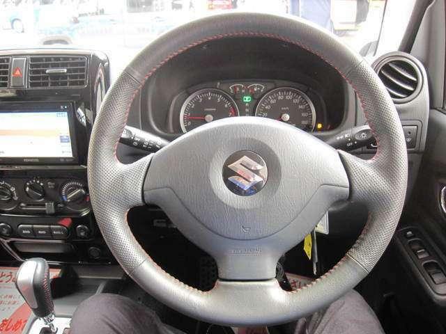 シンプルな運転席、運転は軽いハンドル回しで、軽快なドライブを楽しめますね!